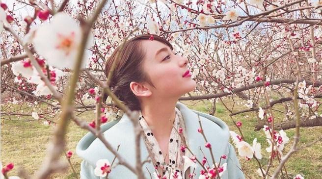 Artis Jepang Yang Memamerkan Fotonya Dengan Bunga Sakura